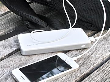 シンプルなホワイトボディに、マットでさらりとした手触りのcheero Energy Plus
