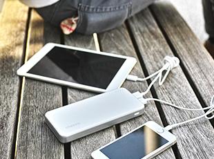 iPhone、iPadなど、2台を同時充電可能